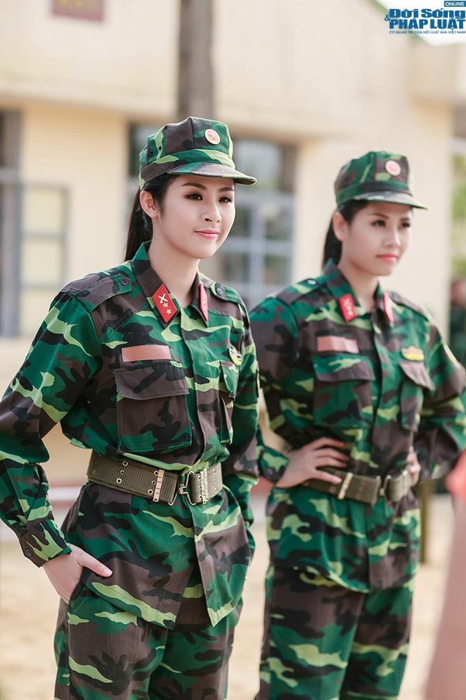 Ngọc Hân, Nguyễn Thị Loan hoà đồng cùng các chiến sĩ - Ảnh 10