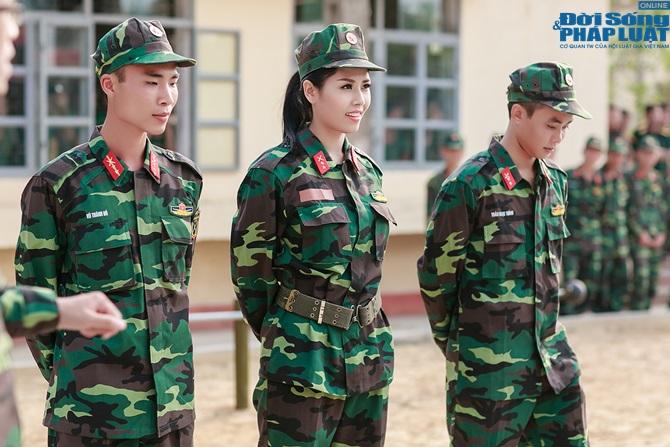 Ngọc Hân, Nguyễn Thị Loan hoà đồng cùng các chiến sĩ - Ảnh 11