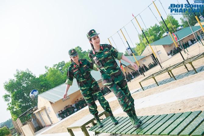 Ngọc Hân, Nguyễn Thị Loan hoà đồng cùng các chiến sĩ - Ảnh 1