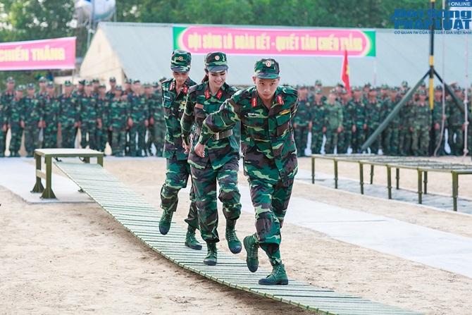 Ngọc Hân, Nguyễn Thị Loan hoà đồng cùng các chiến sĩ - Ảnh 13
