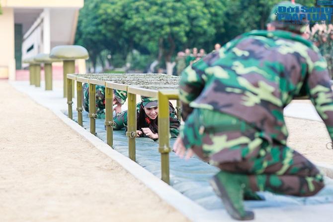 Ngọc Hân, Nguyễn Thị Loan hoà đồng cùng các chiến sĩ - Ảnh 14