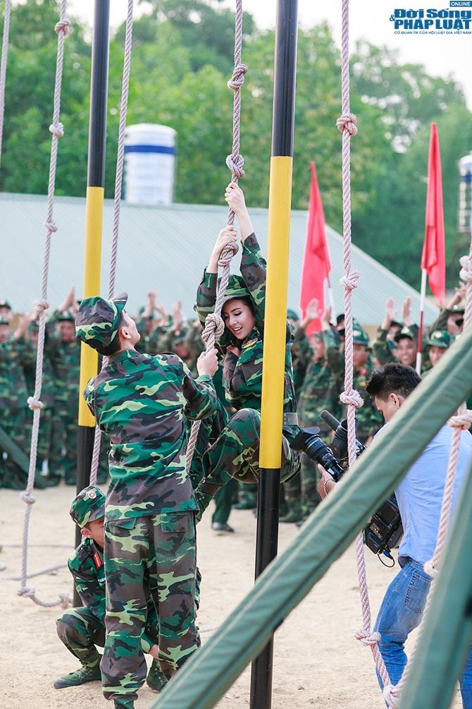 Ngọc Hân, Nguyễn Thị Loan hoà đồng cùng các chiến sĩ - Ảnh 15