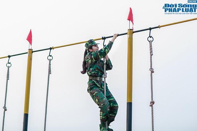 Ngọc Hân, Nguyễn Thị Loan hoà đồng cùng các chiến sĩ - Ảnh 17