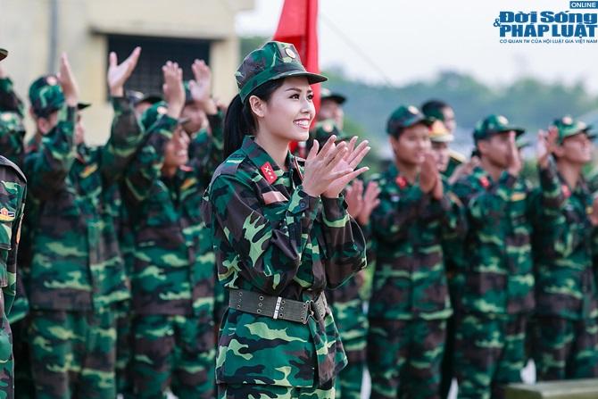 Ngọc Hân, Nguyễn Thị Loan hoà đồng cùng các chiến sĩ - Ảnh 18
