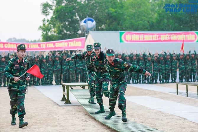Ngọc Hân, Nguyễn Thị Loan hoà đồng cùng các chiến sĩ - Ảnh 19