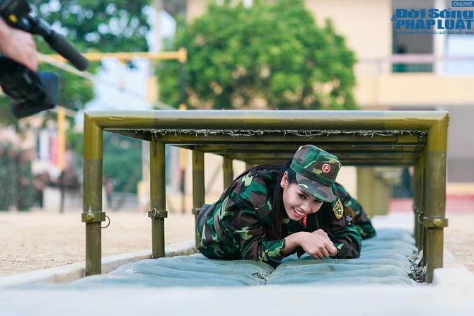 Ngọc Hân, Nguyễn Thị Loan hoà đồng cùng các chiến sĩ - Ảnh 21