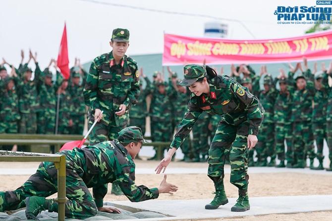 Ngọc Hân, Nguyễn Thị Loan hoà đồng cùng các chiến sĩ - Ảnh 22