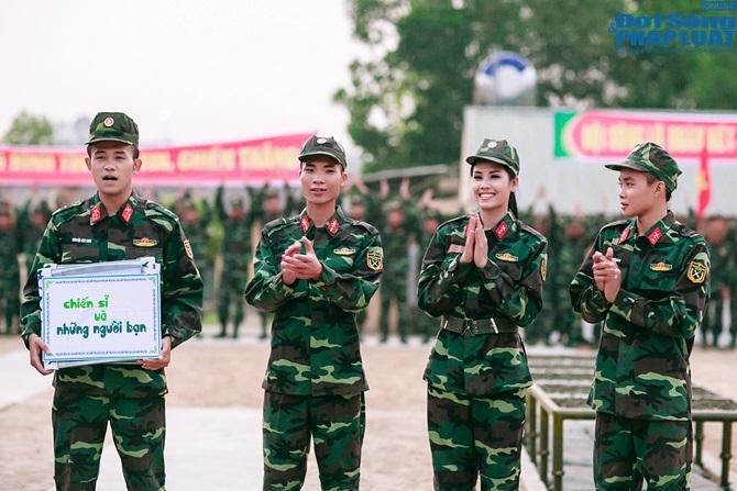 Ngọc Hân, Nguyễn Thị Loan hoà đồng cùng các chiến sĩ - Ảnh 23