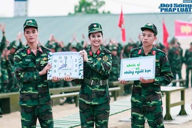 Ngọc Hân, Nguyễn Thị Loan hoà đồng cùng các chiến sĩ - Ảnh 25
