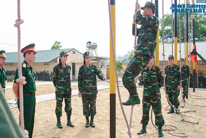 Ngọc Hân, Nguyễn Thị Loan hoà đồng cùng các chiến sĩ - Ảnh 2