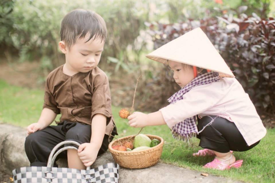 """Nhóc tỳ nhà Lý Hải hóa """"Hai lúa dắt Ba ruộng lên phố""""cực đáng yêu - Ảnh 5"""