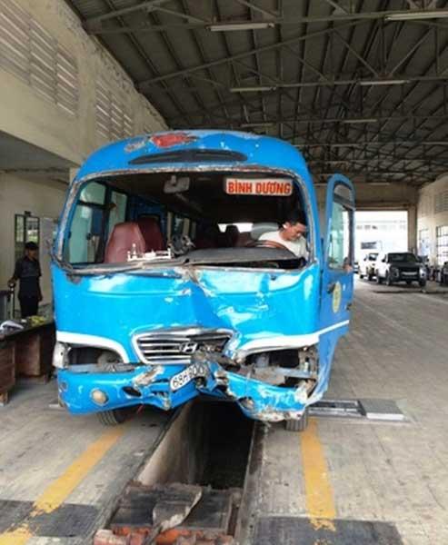 Xe khách đâm sập cabin trạm thu phí cao tốc TP.HCM - Trung Lương - Ảnh 1