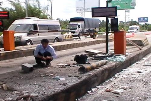 Xe khách đâm sập cabin trạm thu phí cao tốc TP.HCM - Trung Lương - Ảnh 2