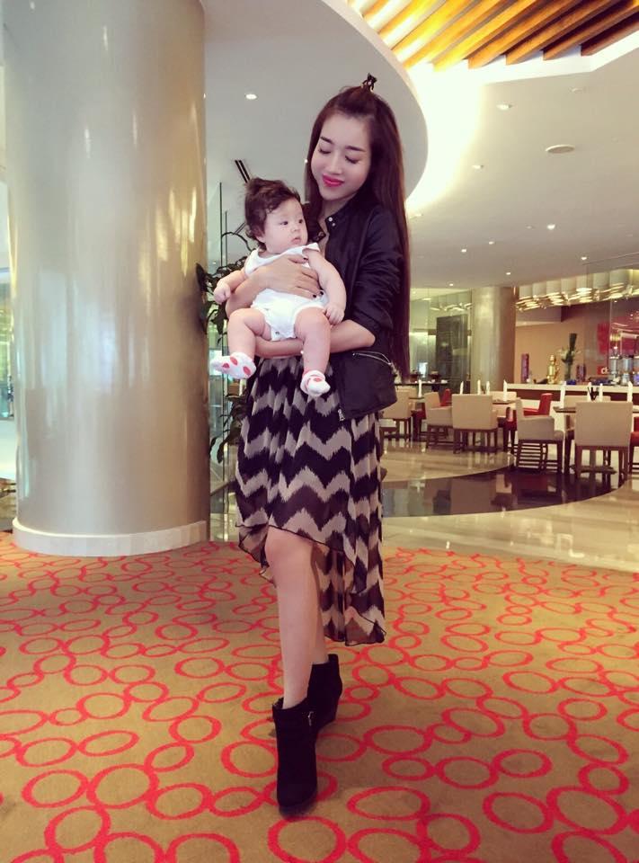 Elly Trần lần đầu cho con gái nhỏ xuất hiện bên ngoài - Ảnh 3