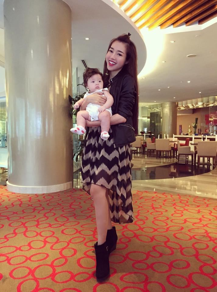 Elly Trần lần đầu cho con gái nhỏ xuất hiện bên ngoài - Ảnh 4