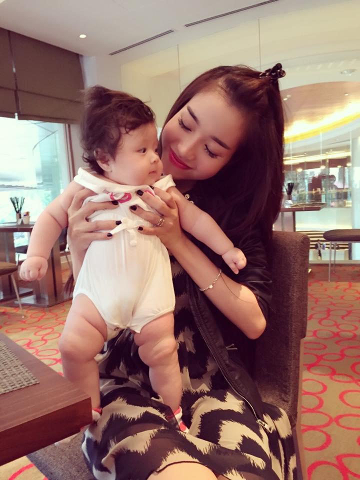Elly Trần lần đầu cho con gái nhỏ xuất hiện bên ngoài - Ảnh 6