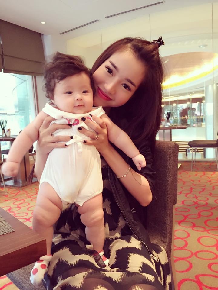 Elly Trần lần đầu cho con gái nhỏ xuất hiện bên ngoài - Ảnh 5
