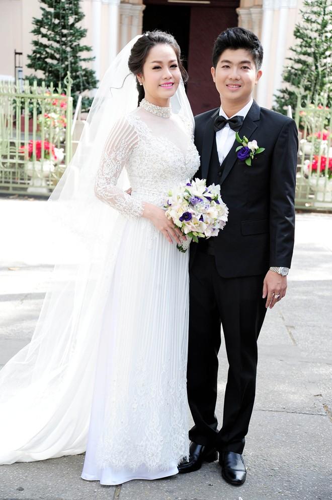 Nhật Kim Anh hôn chú rể trong lễ cưới tại nhà thờ - Ảnh 1