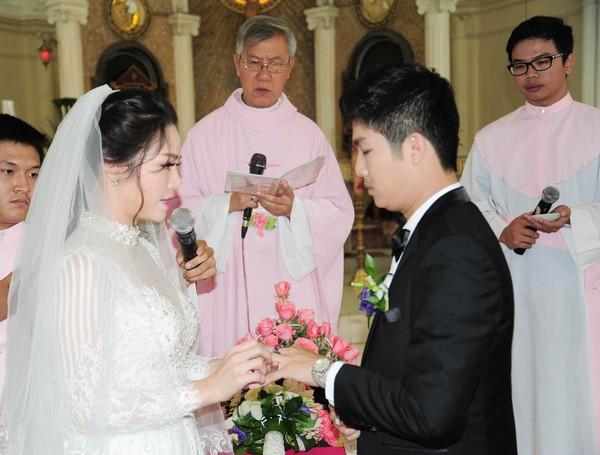 Nhật Kim Anh hôn chú rể trong lễ cưới tại nhà thờ - Ảnh 9