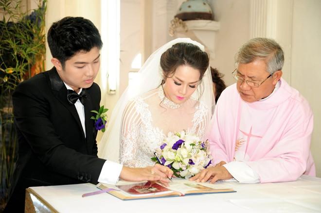 Nhật Kim Anh hôn chú rể trong lễ cưới tại nhà thờ - Ảnh 10