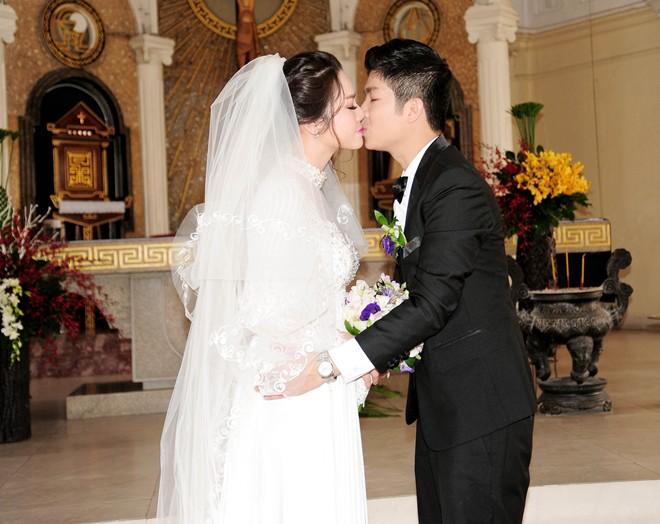 Nhật Kim Anh hôn chú rể trong lễ cưới tại nhà thờ - Ảnh 11