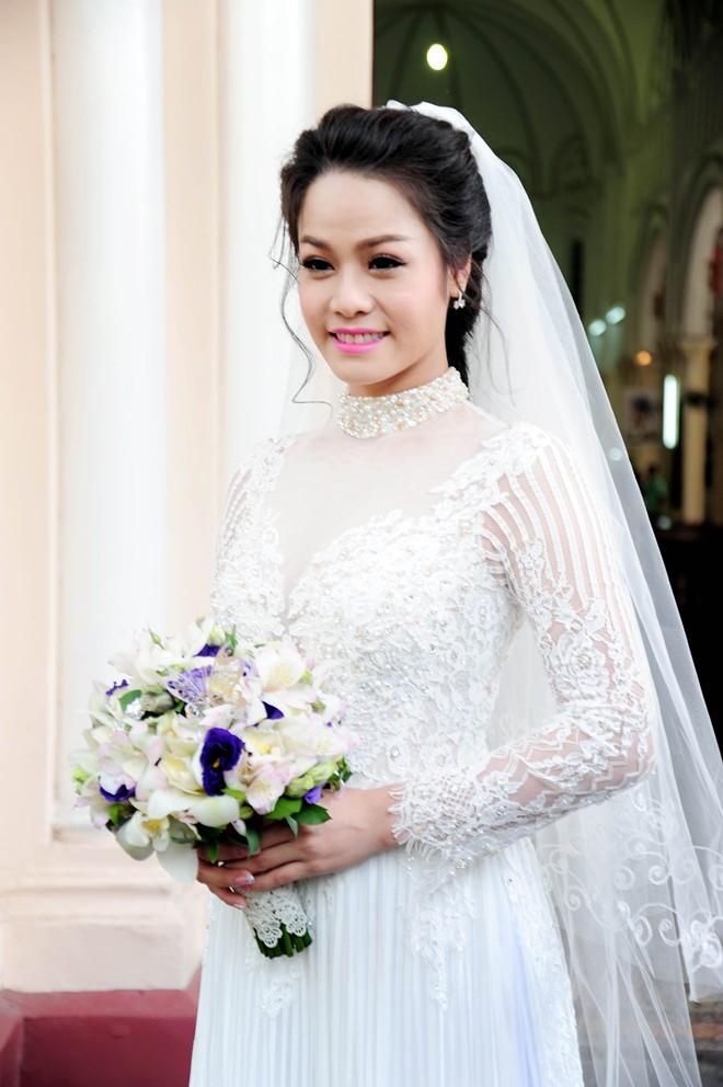 Nhật Kim Anh hôn chú rể trong lễ cưới tại nhà thờ - Ảnh 3