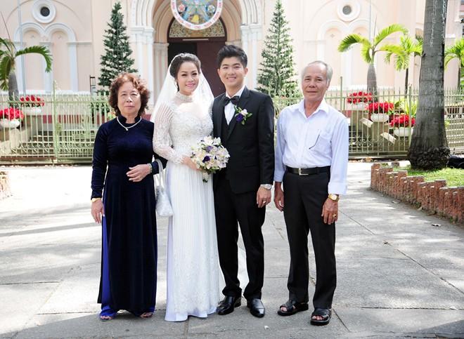 Nhật Kim Anh hôn chú rể trong lễ cưới tại nhà thờ - Ảnh 4