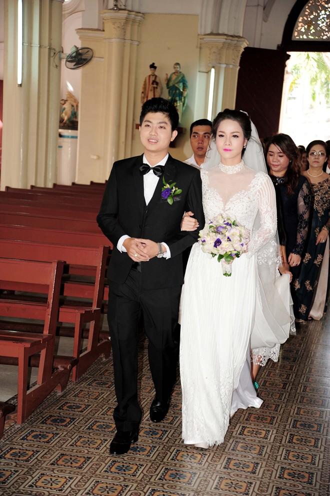 Nhật Kim Anh hôn chú rể trong lễ cưới tại nhà thờ - Ảnh 6
