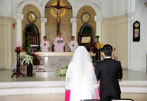 Nhật Kim Anh hôn chú rể trong lễ cưới tại nhà thờ - Ảnh 7