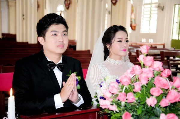 Nhật Kim Anh hôn chú rể trong lễ cưới tại nhà thờ - Ảnh 8
