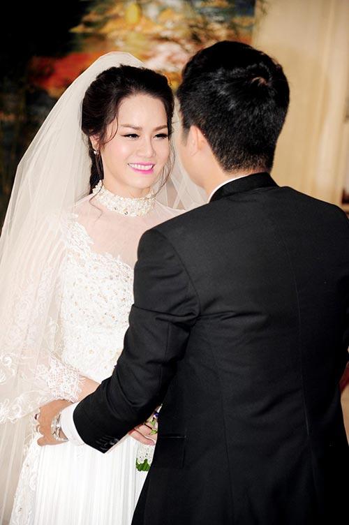 Nhật Kim Anh hôn chú rể trong lễ cưới tại nhà thờ - Ảnh 12