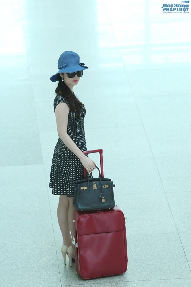 Giáng My diện đầm đen chấm bi trẻ trung ở sân bay - Ảnh 5
