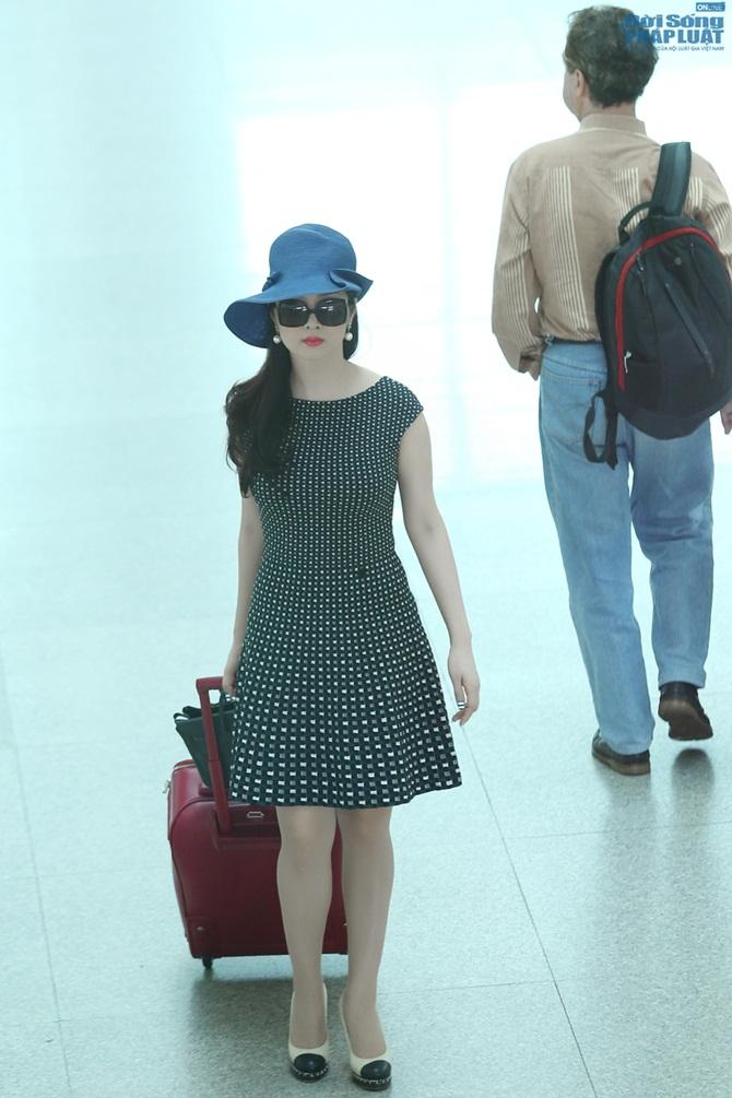 Giáng My diện đầm đen chấm bi trẻ trung ở sân bay - Ảnh 6