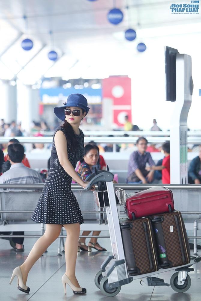 Giáng My diện đầm đen chấm bi trẻ trung ở sân bay - Ảnh 4