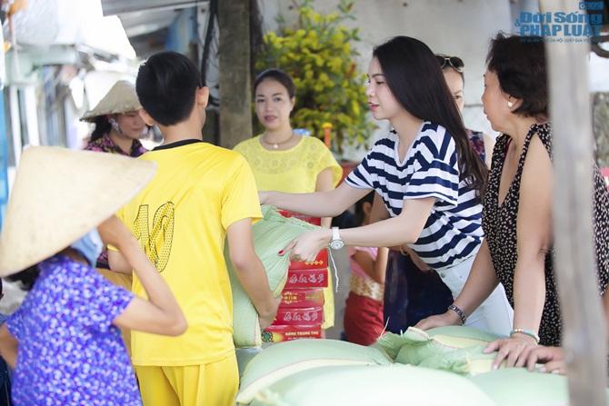 Trà Ngọc Hằng cùng mẹ lo trung thu sớm cho người nghèo - Ảnh 8