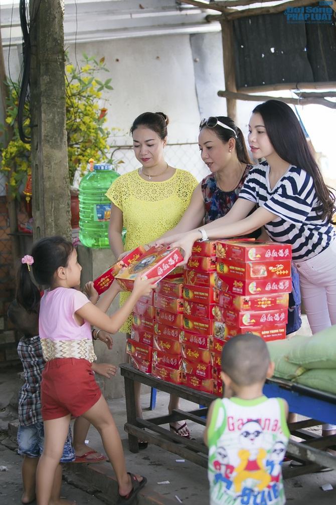 Trà Ngọc Hằng cùng mẹ lo trung thu sớm cho người nghèo - Ảnh 11