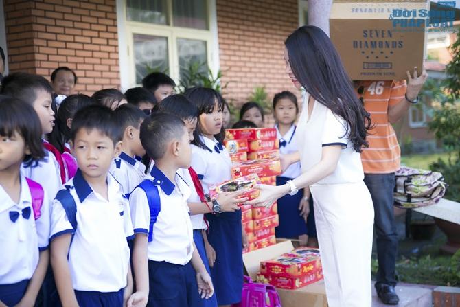 Trà Ngọc Hằng cùng mẹ lo trung thu sớm cho người nghèo - Ảnh 12