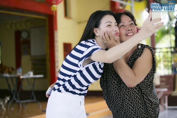 Trà Ngọc Hằng cùng mẹ lo trung thu sớm cho người nghèo - Ảnh 3