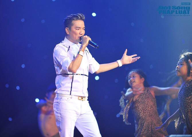 """Hồ Ngọc Hà ôm chặt fan nhí trên sân khấu hát """"Tìm lại giấc mơ"""" - Ảnh 2"""
