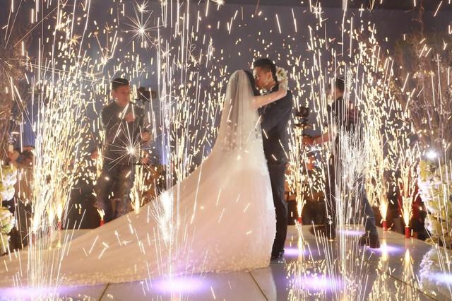 """Tâm Tít tình tứ """"khóa môi"""" chồng trong đám cưới - Ảnh 9"""