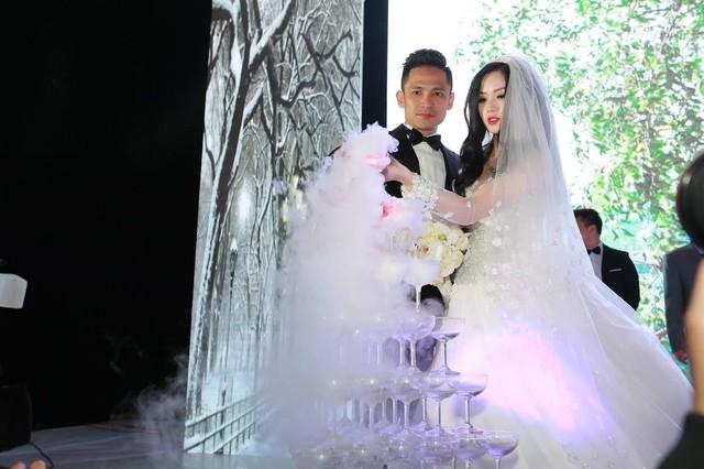 """Tâm Tít tình tứ """"khóa môi"""" chồng trong đám cưới - Ảnh 11"""
