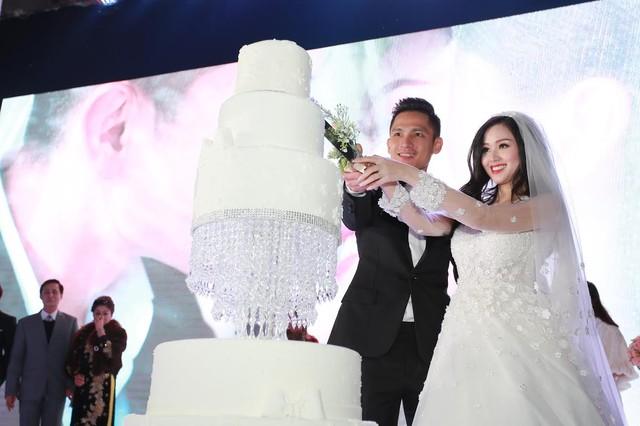 """Tâm Tít tình tứ """"khóa môi"""" chồng trong đám cưới - Ảnh 10"""