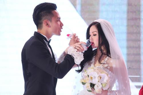 """Tâm Tít tình tứ """"khóa môi"""" chồng trong đám cưới - Ảnh 12"""