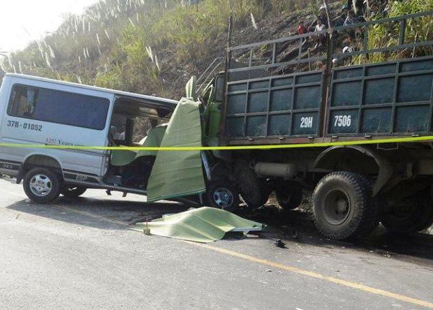 Thanh Hóa: Xe du lịch tông trực diện xe tải, ít nhất 8 người tử vong - Ảnh 1
