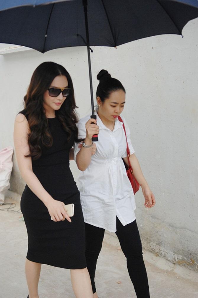 Gặp Hồ Quỳnh Hương, cô bé bán kẹo kéo gây sốt khóc như mưa - Ảnh 1