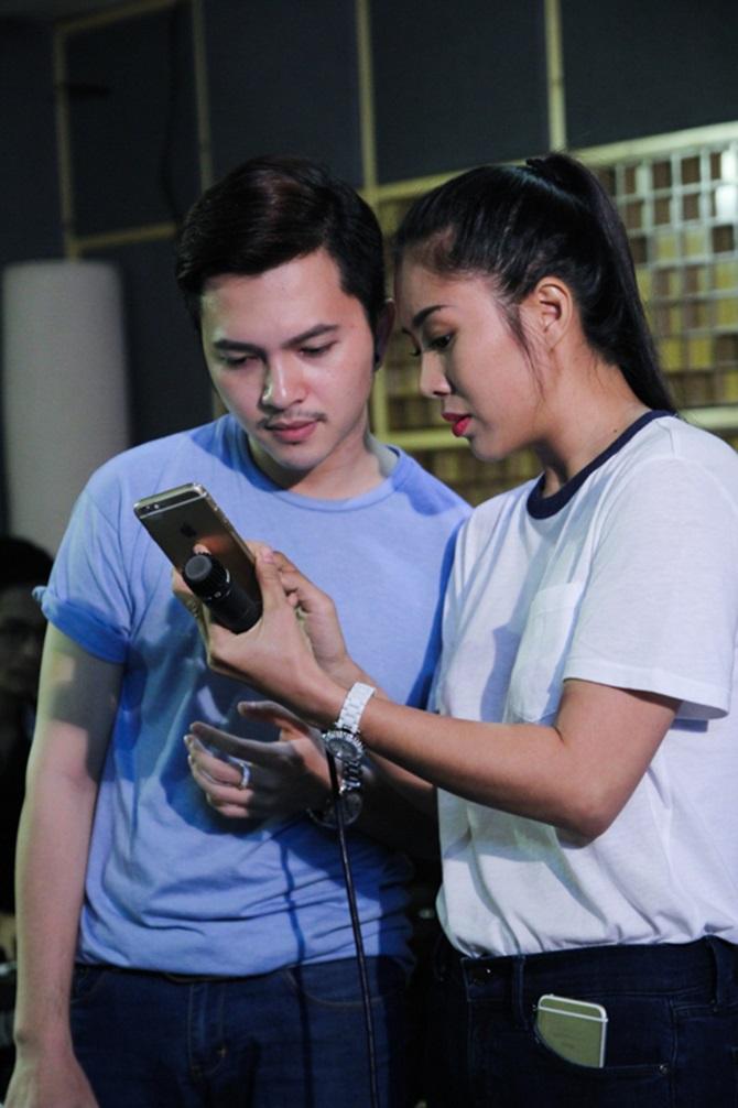 Liveshow Cặp đôi hoàn hảo 2014: Lê Phương chăm chú tập hát cho Nam Cường - Ảnh 1