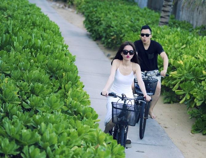 Ngọc Trinh - Vũ Khắc Tiệp lãng mạn đạp xe dạo biển ở Côn Đảo - Ảnh 6