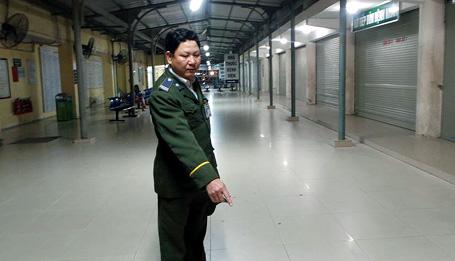 Bảo vệ bệnh viện Bạch Mai trả lại hơn 20 triệu đồng nhặt được - Ảnh 1