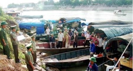 Gần 100 cảnh sát vây bắt 12 tàu chở hàng lậu trị giá 20 tỷ đồng - Ảnh 1