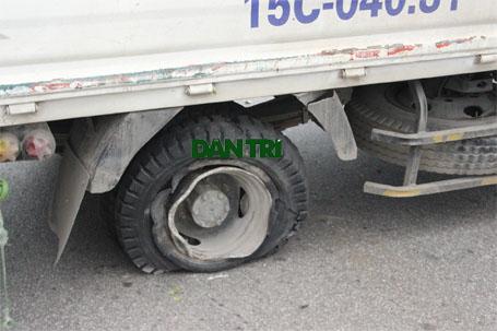 Nổ lốp sau, xe tải lật nghiêng chắn ngang cầu Thanh Trì - Ảnh 2